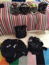 مجموعة ملابس وخوذ للدباب للبيع
