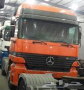 رأس شاحنة أكتروس موديل 2000 للإجار بسواقها.