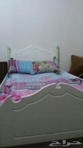 سرير مفرد للبيع لدواعى السفر ب100 ريال فقط