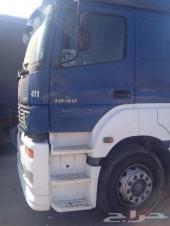 للبيع شاحنة مرسيدس اكسور موديل 2005 مستعملة بحالة جيدة محرك طولي قوي جدا  مع مقطورة