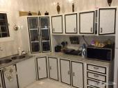 مطبخ ومستلزماته تفصيل ذو مساحة ممتازة بكامل اغراضه